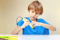 Barnet som förbereder sig att använda pennan för printing 3D, gjorde ett objekt Idérikt teknologi, fritid, utbildningsbegrepp Arkivfoto