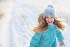 Barnet som går på vintern, parkerar royaltyfri fotografi