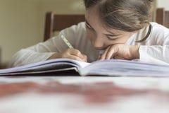 Barnet som gör hålet och zoomen med hennes hand arkivfoto