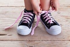 Barnet som händer binder skon, snör åt upp Royaltyfri Bild