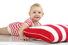 Barnet som ligger med, kudder Arkivbild
