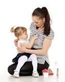 Barnet som modern matar henne, behandla som ett barn. Arkivfoto