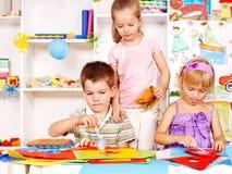 Barnet som ut klipper, scissors papper. Royaltyfri Bild