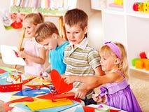 Barnet som ut klipper, scissors papper. Fotografering för Bildbyråer