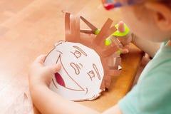 Barnet spelar i frisersalongen Royaltyfria Bilder
