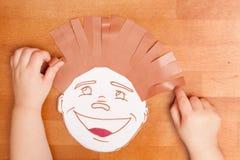 Barnet spelar i frisersalongen Royaltyfri Foto