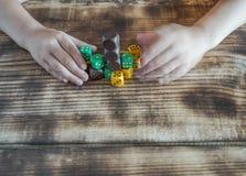 Barnet spelar med kulöra kuber royaltyfria foton