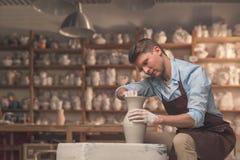 Barnet styr bak ett hjul för keramiker` s Royaltyfri Bild