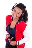 Barnet svärtar den tonårs- flickan för afrikanska amerikanen som lyssnar till musik - Royaltyfria Bilder