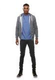Barnet svärtar mannen som poserar i tröja och jeans arkivfoton