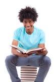 Barnet svärtar tonårs- läsa för studentmän böcker - afrikanskt folk Arkivfoto