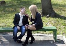 Barnet talar till modern i parkera Royaltyfri Foto