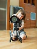 Barnet tar fotoet med tripoden Arkivbilder