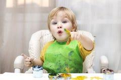 barnet tecknar fotografering för bildbyråer