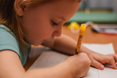 barnet tecknar royaltyfria bilder