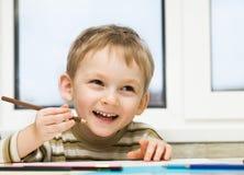barnet tecknar bilden arkivfoto