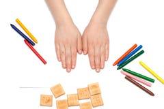 barnet tecknar blyertspennor Arkivfoto