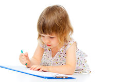 Barnet tecknar en blyertspenna arkivbilder