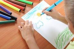 barnet tecknar familjen royaltyfri bild