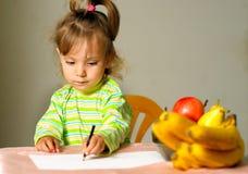 barnet tecknar frukt Royaltyfria Foton