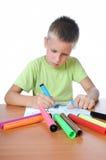 barnet tecknar gräsgreen royaltyfria foton