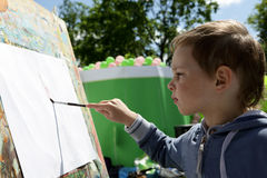 barnet tecknar målarfärger arkivfoton