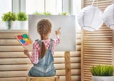 barnet tecknar målarfärger royaltyfria bilder