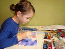 barnet tecknar målarfärger Fotografering för Bildbyråer