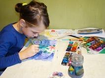barnet tecknar målarfärger Royaltyfri Bild