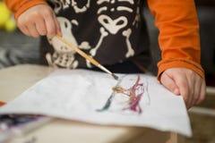 barnet tecknar målarfärger lego för hand för byggnadsbegreppskreativitet upp väggen royaltyfria bilder