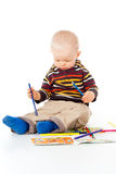 Barnet tecknar med blyertspennor royaltyfri fotografi