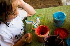 barnet tillverkar henne målningsprojektet Arkivbild