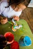 barnet tillverkar henne målningsprojektet Royaltyfria Bilder