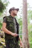 Barnet tjäna som soldat eller jägaren med kniven i skog Royaltyfri Foto