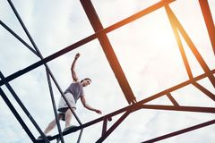 Barnet trotsar mannen som balanserar på överkanten av bron för hög metall arkivbild