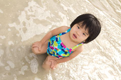 Barnet tycker om waves på strand Royaltyfri Bild