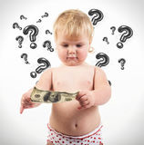 Barnet undersöker räkningen för dollar 100 Arkivfoto