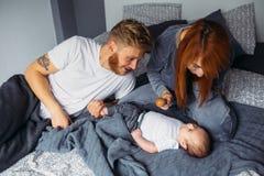 Barnet uppfostrar att ge sig av uppmärksamhet till deras behandla som ett barn Royaltyfria Foton