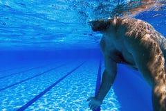 Barnet uppsöker mannen bara i undervattens- man för simbassäng med den undervattens- simbassängen för skägget Arkivfoton