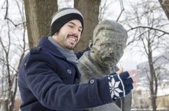 Barnet uppsökte mannen som tar en selfie i en parkera Royaltyfria Bilder