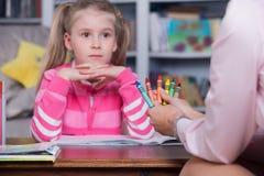 Barnet väljer färgblyertspennorna Arkivfoto