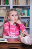 Barnet väljer färgblyertspennorna Royaltyfri Bild