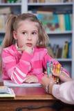 Barnet väljer färgblyertspennorna Arkivbild