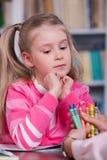 Barnet väljer färgblyertspennorna Royaltyfria Bilder