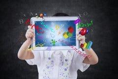 Barnet visar minnestavlan med formel i grupp Arkivbilder