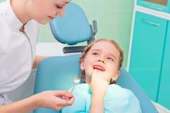 Barnet visar tandtandläkaren Arkivbilder