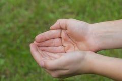 Barnets händer med knäppt fast gömma i handflatan Royaltyfri Foto
