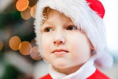 Barnets huvud i en röda Santa Hat arkivfoton