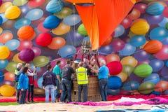 BARNEVELD NEDERLÄNDERNA - AUGUSTI 28: Färgrika luftballonger ta Arkivfoto