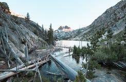 Barney jezioro Blisko Bliźniaczych jezior w Bridgeport Kalifornia, fotografia stock